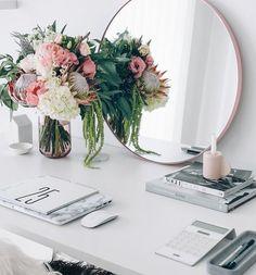 Só um arranjo lindo num cantinho charmoso... . Just a beautiful flower arrangement on a pretty spot! #architecture #design #flores #decor