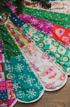 Giant Dresden Christmas Tree Skirt PDF Pattern $10 | Scalloped edges provide rich detail while giant scale and bold, bright colors turn the classic Dresden Plate fresh and modern.