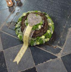 Voorbeelden Bloemschikken Oasis  Benodigdematerialen: Een steekschuimkrans of Oasis Naylorbase die is nog wat groter.  Als het biologisch...