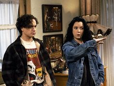 Johnny Galecki as David and Sara Gilbert as Darlene. Who knew they would later be on another sitcom together as Leonard Hofstader and Leslie Winkle on Big Bang Theory Roseanne Tv Show, Roseanne Barr, Roseanne Sitcom, Darlene From Roseanne, Fashion Tv, Retro Fashion, Darlene Conner, Sara Gilbert, Johnny Galecki