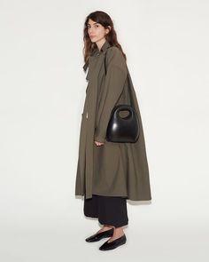 Egg Bag by Lemaire - La Garconne Signature Style, Fashion 2020, Fashion Outfits, Womens Fashion, Passion For Fashion, Autumn Winter Fashion, Fashion Looks, Style Fashion, Style Me