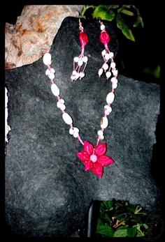Collar de lagrima de san pedro y flor de uña de gato.