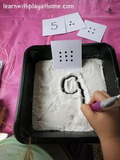 compter les points puis tracer le chiffre dans le sable (autocorrection à l'arrière de la carte) - Number Writing Activity. Salt Tray Game.