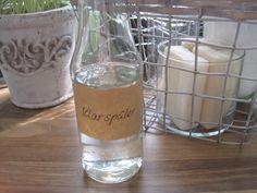Ich habe ja oft behauptet, man brauche keinen Klarspüler. In Tabs ist ja schließlich alles schon drin. Wer aber selbstgemachtes Pulver für den Geschirrspüler verwendet, kommt nicht drum herum. Allerdings gibt es Klarspüler nur in Plastikflaschen. Dabei kann man ihn aus nur zwei Zutaten selber machen. Das wird benötigt: 1 leere Glasflasche (500 ml) Wasser …