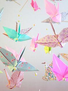 Grand mobile en origami 20 oiseaux roses motifs fifties : Jeux, peluches, doudous par ma-mobilette