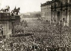 Grote protest demontratie in de Lustgarten in Berlijn. Augustus 1921 tegen de moord op de oud-minister Matthias Erzberger. Aan deze demonstratie wordt door tienduizenden aanhangers van de republikeinse partij deelgenomen.