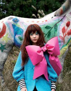 Le cheval est joli!!et le noeud géant est top!!