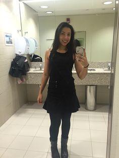 Vestido preto, meia calça fio 40, bota de espeto