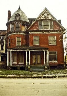 October The house at 82 Alfred Street, Detroit is a remaining piece of architecture that harkens back to city's Golden Age. Abandoned Detroit, Old Abandoned Buildings, Old Buildings, Abandoned Places, Detroit Ruins, Old Mansions, Abandoned Mansions, Beautiful Buildings, Beautiful Homes