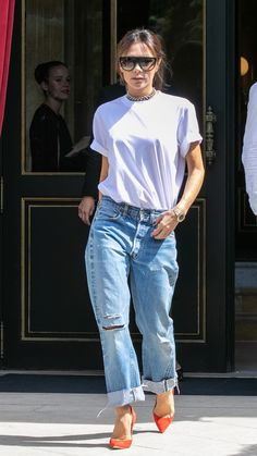 Vintage Dressing Victoria Beckham in her own design - The English designer, Victoria Beckham, tested the waters in a simple top and low key, vintage jeans. Estilo Fashion, Denim Fashion, Look Fashion, Fashion Outfits, Mode Victoria Beckham, Victoria Beckham Outfits, Mode Outfits, Jean Outfits, Casual Outfits