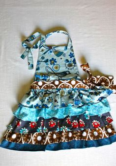 Mini Frilly Apron: Little girl's apron tutorial - also link for adults Childrens Apron Pattern, Apron Pattern Free, Childrens Aprons, Apron Patterns, Clothing Patterns, Sewing Patterns, Sewing Projects For Kids, Sewing For Kids, Baby Sewing