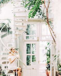 Jungle vibes in botanical garden wearing a white off-shoulder dress by Zara - Anna, Arctic Vanilla blog. Photo by Petra Veikkola.