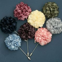 boutonniere with lapel pin Groomsmen Accessories, Suit Accessories, Fashion Accessories, Modern Mens Fashion, Men's Fashion, Fashion Tips, Pin Man, Collar Clips, Lapel Flower