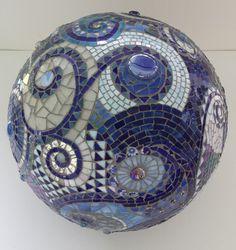 boule de jardin en mosaique bleue