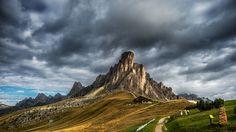 Скачать обои гора, Италия, дорога, Доломитовые Альпы, трава, тропинка, дом, скалы, облака, раздел пейзажи в разрешении 1920x1080