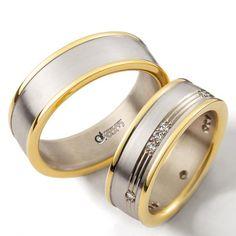 Aceste inele de nunta au un design interesant ce se deosebeste prin banda alba principala de aur alb cu finisaje de tip mat satin, incadrata de doua bentite din aur galben cu finisaje lucioase.