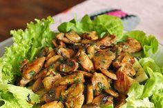 Gemischter Salat mit warmen Champignons und Honig-Senf-Vinaigrette Mixed salad with warm mushrooms and honey mustard vinaigrette