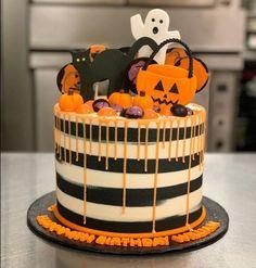 Spooky Halloween Cakes, Bolo Halloween, Halloween Birthday Cakes, Dessert Halloween, Halloween Baking, Halloween Cupcakes, Halloween Food For Party, Happy Halloween, Halloween Halloween