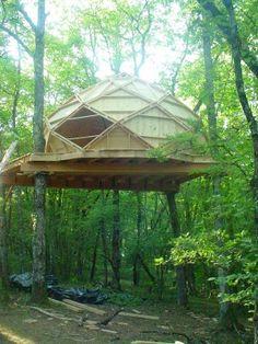 Le zome est une forme géométrique composée de losange ici 5 étages de 8 losanges soit un total de 40 losanges. Il se trouve entre 4 et 5 mètres de hauteur sur une plateforme de 40m²