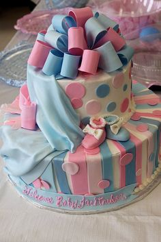 Baby reveal cake...cut it will it be blue or pink? Will be using this idea! So cute considering I make cakes all the time!