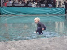 jongetje speelt in fontein