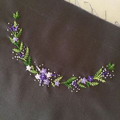 葉っぱ問題… . サテンS=技術不足⇨リーフS=図案が小さくて合わない⇨チェーンS=イマイチフライSに落ち着きましたが道程長かった… . #刺繍 #刺しゅう #embroidery #checkandstripe #cssakuhinpost Hand Embroidery Flowers, Hand Embroidery Tutorial, Embroidery On Clothes, Hand Work Embroidery, Hand Embroidery Stitches, Silk Ribbon Embroidery, French Knot Embroidery, Embroidery Art, Handmade Embroidery Designs