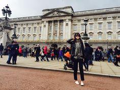 #london #buckinghampalace 소나기 내리기 직전 버킹엄 궁전. 버킹엄을 보러 왔는데 사람구경만 잔뜩하다 마른하늘에 소나기로 비맞은 생쥐가 되버린.... by alice_eunji