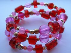 Pulseira de voltas em tons de rosa e vermelho by ACBeads, via Flickr