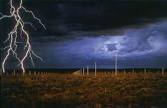 """Land Art -Walter De Maria a utilisé la lumière des éclairs dans son oeuvre """"lighting field"""" réalisée dans le désert de l'Arizona. Sur un site propice aux orages, il a installé à intervalles réguliers de hautes tiges d'acier qui attirent la foudre."""