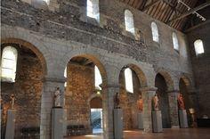Élévations droites dans la nef de ST MARTIN D'ANGERS: les arcades du 1° plan datent de Foulques Nerra (11°s), les 2 dernières sur la droite ont été reconstruites lors de la dernière restauration.