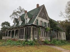 This fixer upper in Georgia is on the market and needs someone to give it some TLC. Abandoned Mansion For Sale, Old Abandoned Buildings, Abandoned Mansions, Abandoned Places, Abandoned Castles, Haunted Places, Old Houses For Sale, Old Farm Houses, Old Mansions For Sale