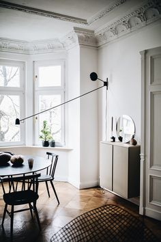 How to light a dining room without a ceiling light, alternative dining room lighting ideas, lighting above the dining table, swing arm wall lamp above the dining table, long arm wall lamp in the dining room. Photo via Selina Lauk