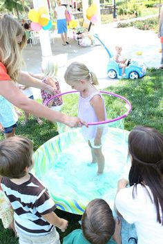 : Bubbles & Butterfly Party: hula hoop bubbles in a kiddie pool Bubble Birthday Parties, Bubble Party, Birthday Ideas, Summer Birthday, Summer Activities, Outdoor Activities, Childcare Activities, Diego Go, Butterfly Party