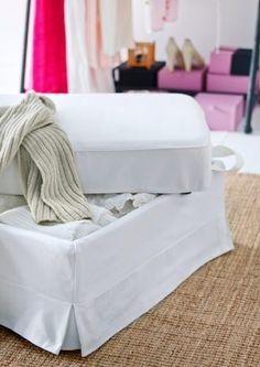 """Und für die zusätzliche Bettwäsche findet sich zum Beispiel Platz im Hocker mit Aufbewahrung. EKTORP Hocker mit Bezug """"Blekinge"""" in Weiß und integrierter Aufbewahrung"""