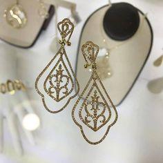 Beautiful yellow gold and diamond dangle drop earrings! #golddiamond #earrings #drop #happymothersday http://ift.tt/1XfGXjy