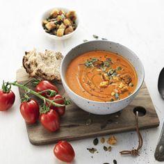 En superenkel och krämig soppa med en söt fin smak som hela familjen gillar. Pumpafrön och krutonger bidrar med härlig crunch. Middagen är klar på tio minu