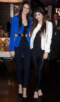As irmãs Kendall e Kylie Jenner arrasaram no look balada com a combinação saltão, calça tipo legging e casaco fashion!