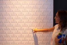 A linha para paredes Cartier Blanc, desenvolvida pela Eliane (www.eliane.com), faz do revestimento um item marcante da decoração. No formato 45 cm x 90 cm, as peças têm relevos que criam efeito tridimensional. O produto está exposto na edição 2015 da Expo Revestir, em São Paulo