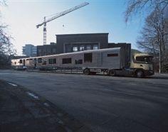 """Vito Acconci - """"Mobile Linear City"""" - 1991  Habitat modulaire en tôle ondulée transportable sur camion, adapté aux situations de crise : pas de confort mais la possibilité d'habiter, d'accueillir son prochain dans toutes les circonstances."""