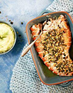 Helppotekoinen uunilohi on monen suosikkiruoka. Lohi saa mehevyyttä tuorejuustosta ja rapeutta siemenistä. Tarjoa kukkakaalipyreen kanssa. | K-Ruoka #kala