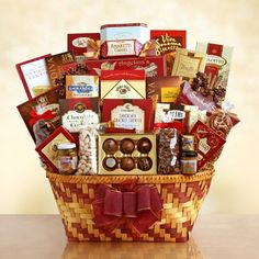 A Gourmet Harvest for Thanksgiving Gift Basket - http://www.specialdaysgift.com/a-gourmet-harvest-for-thanksgiving-gift-basket/