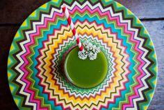 Suco Verde Detox:  Ingredientes: 1 maçã 2 pepinos 3 folhas de couve 1 talo de…