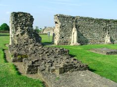 Lesnes Abbey is a ruined Norman Abbey in South-East London which now forms part of a scenic park and nature reserve. London Landmarks, Famous Castles, The Shard, Trafalgar Square, London Spring, London Restaurants, Nature Reserve, East London, Pinterest Board