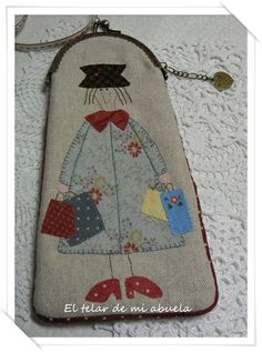 MONEDEROS CON DISEÑOS DE ANNI DOWNS Fabric Gifts, Fabric Bags, Fabric Scraps, Japanese Patchwork, Patchwork Bags, Wool Applique Quilts, Embroidery Applique, Handmade Handbags, Handmade Bags