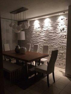 Iluminados en pared de piedras.