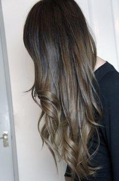 黒髪だと地毛と同じでつまらない。清楚でスタイリッシュだけど、ダサくならない髪色にしたい!そんなあなたは、暗めのアッシュカラーで決まり♡光に当たるとふわっと透けるような透明感。色白に見えて、ヘアスタイルも格段にあか抜けて見える!オススメ☆ダークアッシュの髪型をご紹介します♪