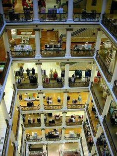 Marshall Fields Chicago (1907) A l'époque c'était l'un des plus grand magasin au monde par sa surface (140 000m²) et le plus important par le volume de ventres.