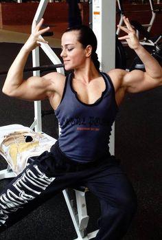 Bodybuilderin zeigt tolle Bizeps | #muskeln #fbb