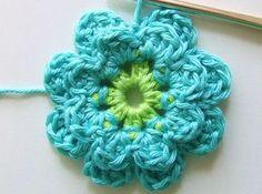 Erg leuk bloemetje om te maken, het patroon is van een vierkantje maar als je de laatste toeren niet haakt heb je een prachtige bloem