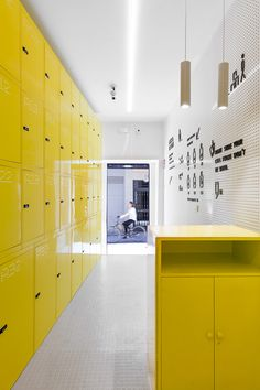 Completed in 2016 in Madrid, Spain. Images by CaulinPhoto . Lock & Be Free, the first Spanish urban locker net, already opened its first shop, very close to the touristic street Gran Via in Madrid. Gym Interior, Free Interior Design, Interior Architecture, School Architecture, Contemporary Architecture, Office Lockers, Ikea Lockers, Locker Designs, Mail Room